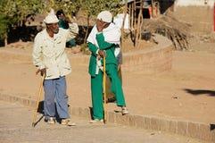 Höga etiopiska män talar på gatan i Lalibela, Etiopien Arkivbild
