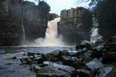 höga flodutslagsplatser för kraft Arkivfoto