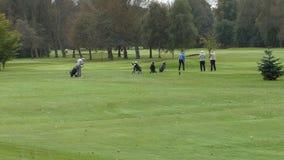 Höga golfare som spelar golf lager videofilmer