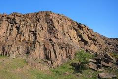 Höga klippor med blå himmel Royaltyfri Bild