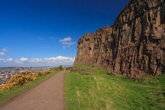 Höga klippor med blå himmel Arkivfoto