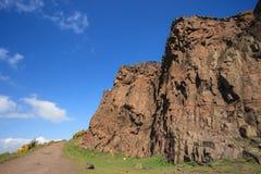Höga klippor med blå himmel Fotografering för Bildbyråer