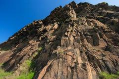 Höga klippor och blå himmel Arkivfoton