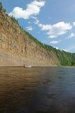Höga klippor på floden Royaltyfria Bilder