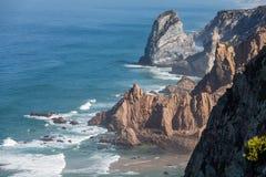 Höga klippor på kusten Royaltyfria Bilder