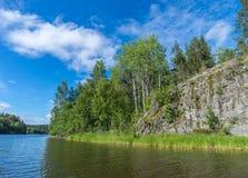 Höga klippor på kusten av Lake Ladoga Royaltyfria Foton
