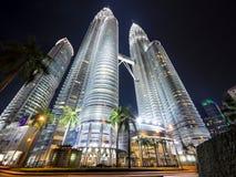 451 höga Kuala Lumpur malaysia meters nattpetronas torn Royaltyfri Foto