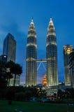 451 höga Kuala Lumpur malaysia meters nattpetronas torn Fotografering för Bildbyråer