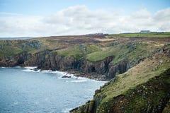 höga kuster som är bevuxna med grönt gräs royaltyfri foto