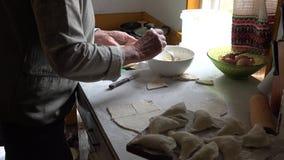 Höga kvinnahänder förbereder klimpar med ostmassa i lantligt kökrum 4K lager videofilmer