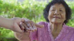 Höga kvinnainnehavhänder med kvinnan arkivfilmer