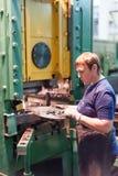Höga kvinnastämpeldetaljer på hydraulisk press Arkivbilder