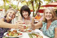Höga kvinnliga vänner som äter mål i utomhus- restaurang Royaltyfri Foto