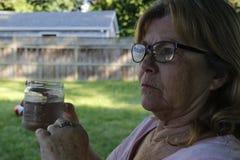 Höga kvinnor åldrades dricksvatten 60 till 65 utomhus royaltyfri foto