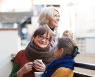 Höga kvinnor som dricker te på balkongen Arkivfoto