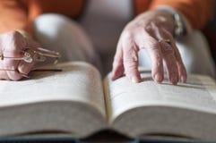 Höga kvinnor som läser en bok Royaltyfri Bild