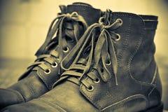 Höga läderskor med snör åt tätt upp Arkivfoton