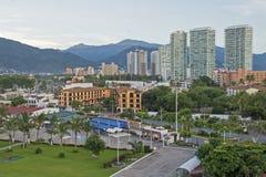 Höga löneförhöjningbyggnader med bergbakgrund Arkivfoto