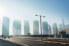 Höga löneförhöjningbyggnader och gator i Dubai, UAE Arkivbilder