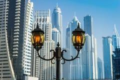 Höga löneförhöjningbyggnader och gator i Dubai, UAE Royaltyfria Bilder