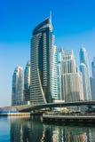 Höga löneförhöjningbyggnader och gator i Dubai, UAE Royaltyfria Foton