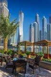 Höga löneförhöjningbyggnader och gator i Dubai, UAE Arkivbild