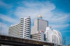 Höga löneförhöjningbyggnader på det Sathorn området i Bangkok, Thailand royaltyfri bild