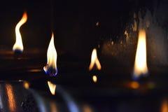Höga ljusa flammor, ljus av olje- lampor för buddistisk bön Royaltyfri Foto