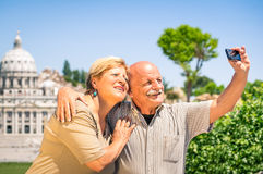 Höga lyckliga par som tar ett selfiefoto i Rome Arkivfoto