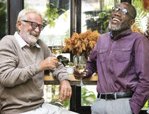 Höga män kopplar av livsstil som äter middag begrepp arkivbilder