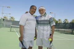Höga män på tennisbanan Arkivfoto