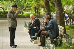 Höga män talar på Jingshan parkerar i Peking, Kina Arkivfoton
