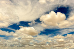 Höga moln i en ljus blå himmel Royaltyfri Fotografi