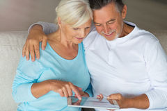 Höga par genom att använda den digitala minnestavlan royaltyfria foton