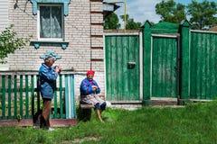 Höga par har gyckel förutom deras hus i by Royaltyfria Foton