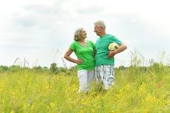 Höga par i fält med bollen Arkivbild