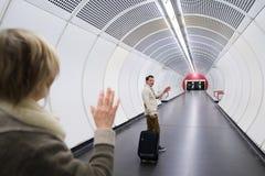 Höga par i hallet av gångtunnelen som säger farväl royaltyfri fotografi