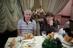 Höga par i restaurang royaltyfria bilder