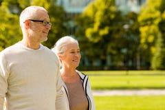 Höga par i stad parkerar Fotografering för Bildbyråer