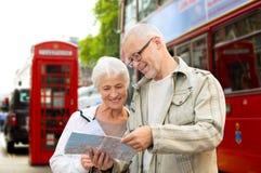 Höga par med översikten på london i stadsgata Royaltyfria Bilder