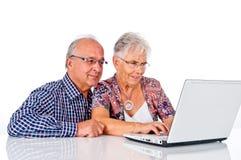Höga par med bärbar dator Royaltyfria Bilder