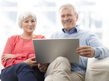 Höga par med bärbara datorn Royaltyfria Foton