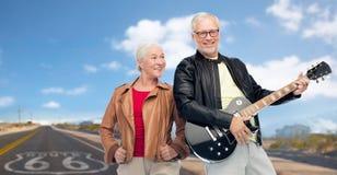Höga par med den elektriska gitarren över rutt 66 Royaltyfria Bilder