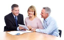 Höga par med den finansiella konsulenten. Arkivbilder