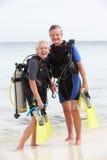 Höga par med dykapparatdykningutrustning som tycker om ferie Arkivfoto