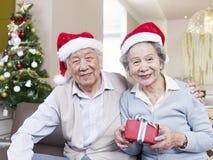 Höga par med julhattar Royaltyfri Bild