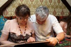 Höga par med menyn fotografering för bildbyråer
