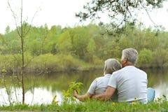 Höga par nära floden Royaltyfri Foto
