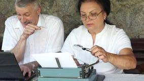 Höga par på axeln med skrivmaskinen lager videofilmer