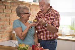 Höga par på köket fotografering för bildbyråer